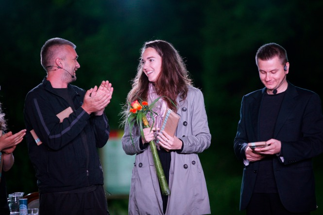 Podelitev rož režiserki predstave Zamorka Nini Šorak. Foto: Boštjan Pucelj
